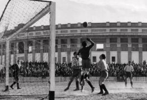 Jugada de un partido del Hércules de Cádiz CF en 1944 en Mirandilla con Plaza de Toros al fondo
