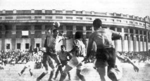 Jugada de un partido del Cádiz CF en Mirandilla en 1942 con Plaza de Toros al fondo