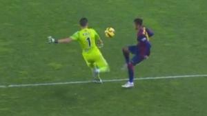 Falta al portero por interferir en su saque una vez se ha hecho con la posesión del balón.