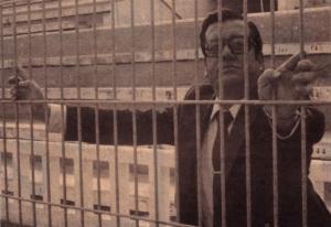 El presidente cadista Manuel De Diego tras las vallas metálicas.
