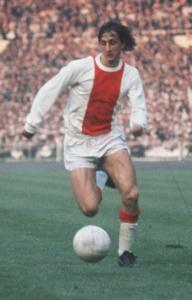 Cruyff con la camiseta del Ajax (Campeón de Europa) sin escudo.
