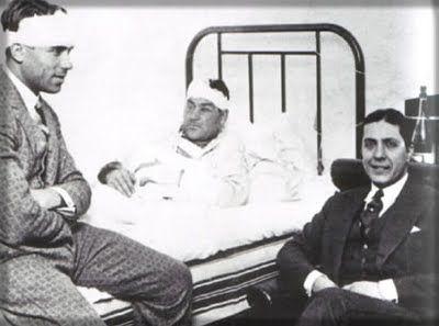 Platko en la cama del Hospital, visitado por Samitier y Gardel.