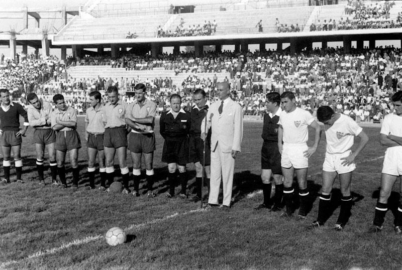 Ramón de Carranza, presidente del Sevilla CF junto a los dos equipos en la inauguración del estadio, Sevilla CF y Real Jaén.