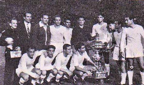 El Real Madrid posa con el IV Trofeo Carranza.
