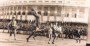 Jugada en Mirandilla en partido amistoso durante Guerra Civil, con plaza de toros al fondo.