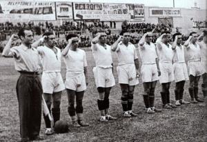 1937. Los jugadores del Madrid FC forman puño en alto