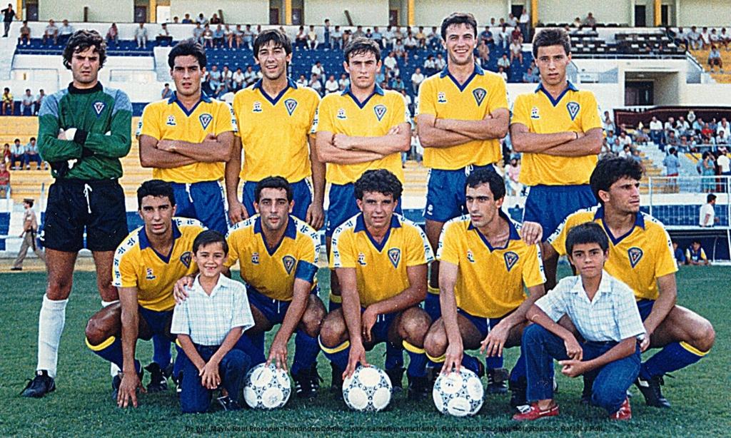 """Equipo del Cádiz CF """"B"""" en la temporada siguiente. De pie de izda. a dcha.: Maye, Raúl, Fernández. Cortijo, Jose Glez. y Calderón. Agachados, de izda. a dcha.: Barla, Paco Escobar, Bola Rosales, Rafael y Poli."""