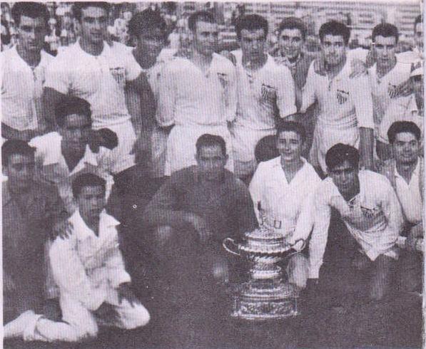 El Sevilla CF posa con el I Trofeo Carranza el 4 de septiembre de 1955.