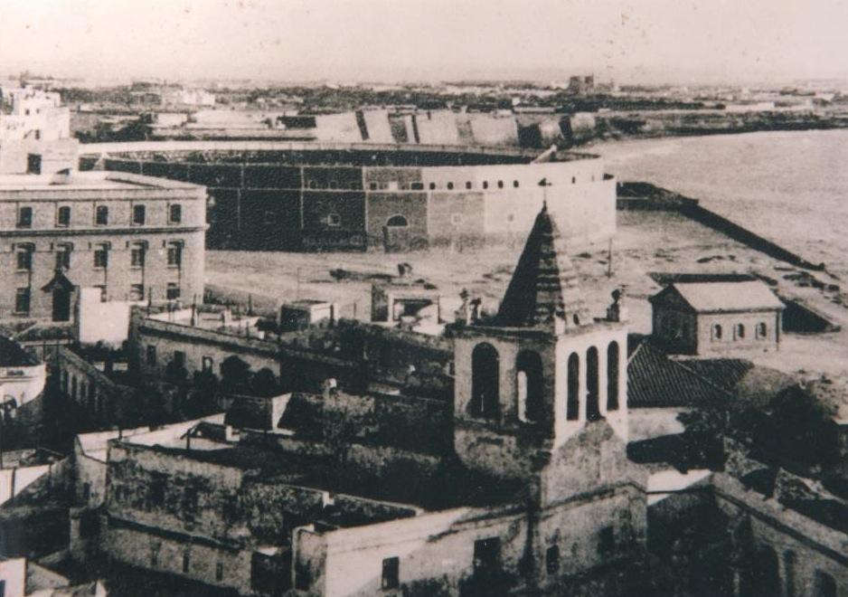 Plaza de toros de La Hoyanca, frente al Colegio Mirandilla. Lugar donde se juega por primera vez al fútbol en Cádiz.